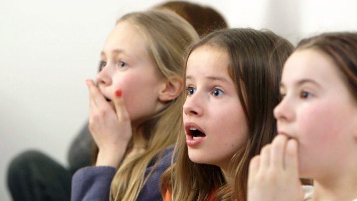 Både barn og unge mobber og blir mobbet. Foto: NRK