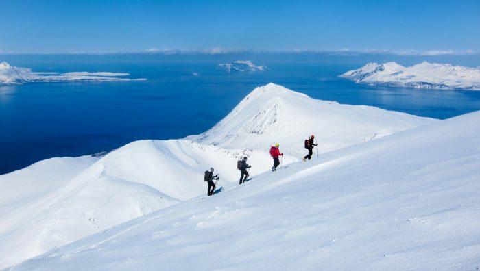 Vi søker opp mot fjelltoppene eller vandrer mellom dem. Vi vil eller må ut for å søke stillhet og ro. Men å oppsøke natur handler ikke om avanserte og dyre greier, skriver polfarer og helseblogger Marit Figenschou. Bildet er fra Lyngsalpene.